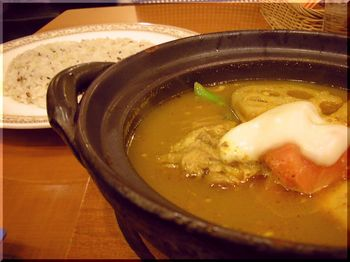 カレー研究所(札幌)-骨付きチキンとモッツァレラチーズのスープカレー1.JPG
